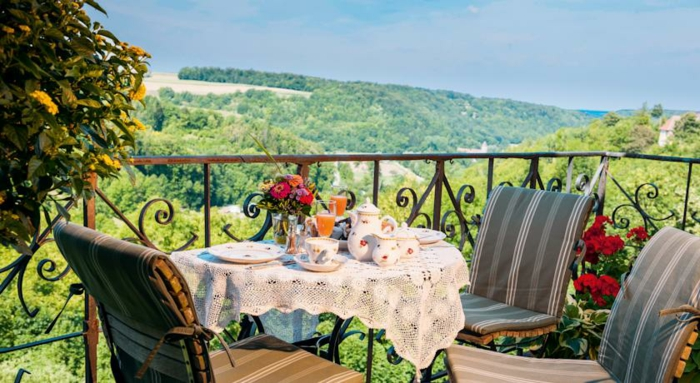 romantik hotels burghotel terrasse abendessen