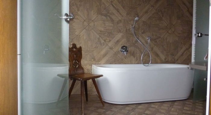 romantik hotels florale muster wandfliesen freistehende badewanne