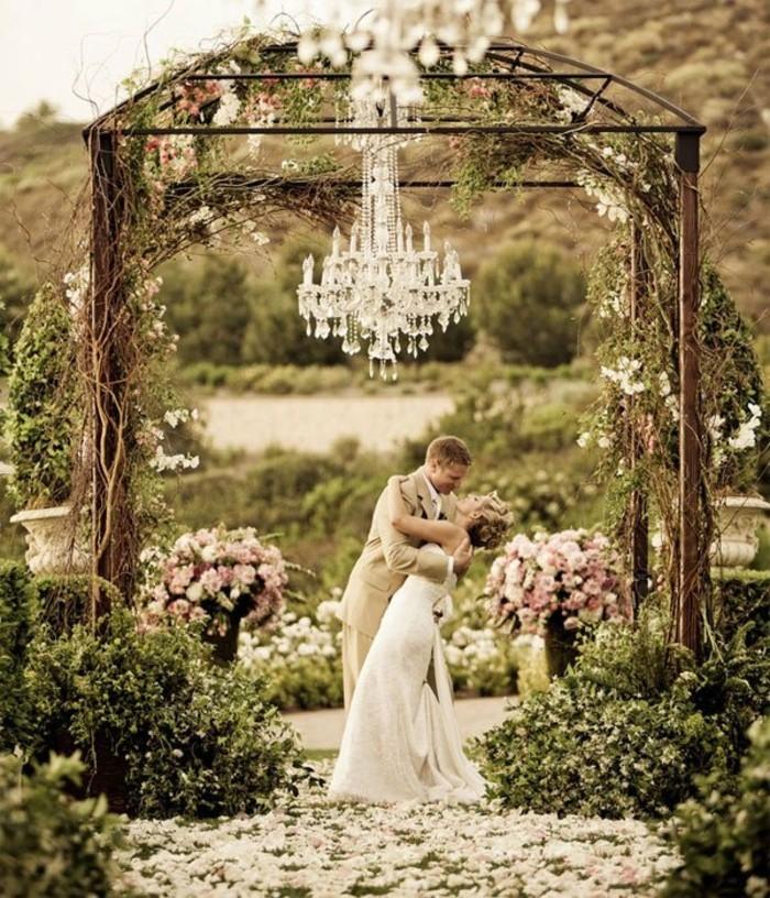 romantische hochzeit dekoration kristallkronleuchter blumen brautpaar