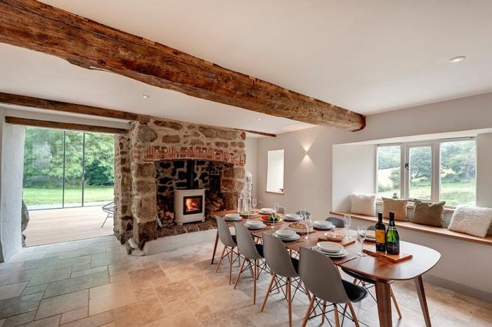 rustikale möbel esszimmer esstisch holz ausziehbar tkamin stein