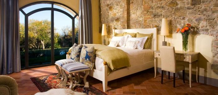 schlafzimmer einrichten lange gardinen sessel farbiger teppich
