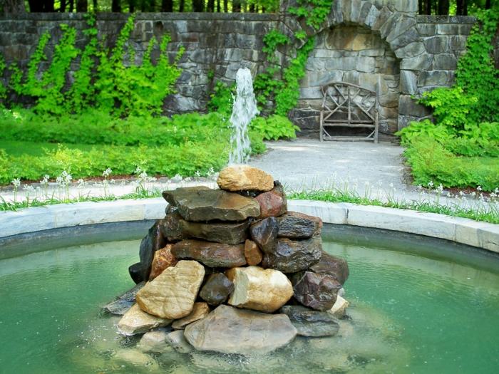 springbrunnen garten runder teich natursteine