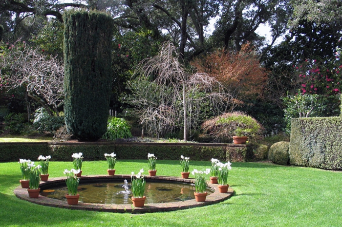 gartenbrunnen garten zierbrunnen teich rund blumentöpfe
