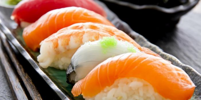 sushi-reis-kochen-roher-geräuecherter-fisch-krabben