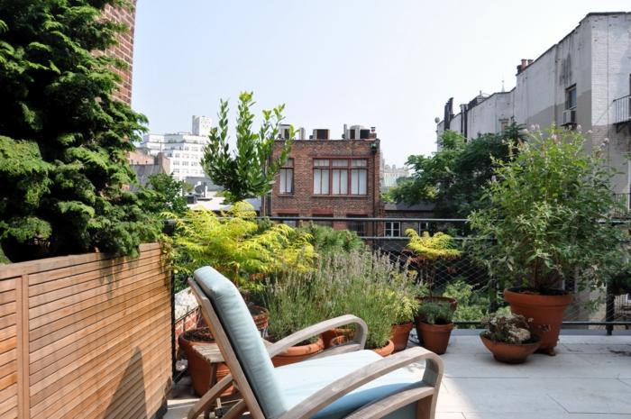 moderne terrassengestaltung bequemer sessel pflanzen
