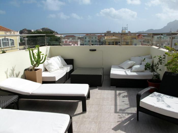 terrassengestaltung coole außenmöbel pflanzen weiße akzente