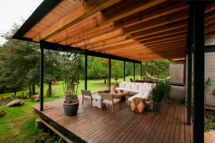 moderne terrassengestaltung elegante außenmöbel holzhocker pflanzen