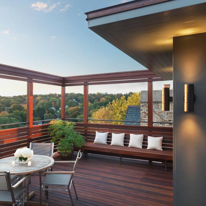 moderne terrassengestaltung holzbank dekorieren pflanzen runder tisch