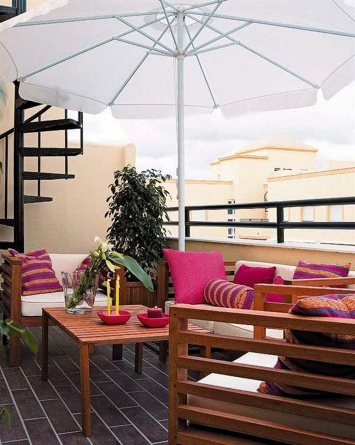 moderne terrassengestaltung sonnenschirm rote dekokissen pflanzen