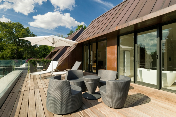terrassengestaltung moderne rattanmöbel holzboden