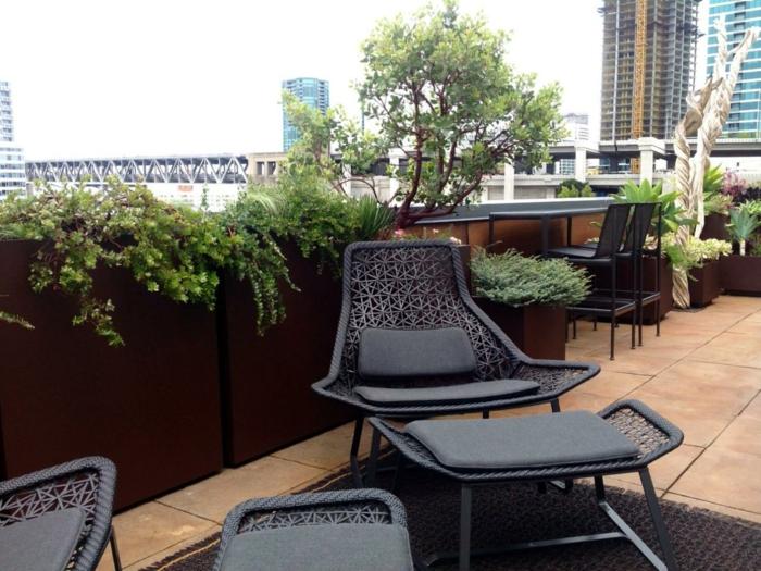 terrassengestaltung pflanzen pflanzgefäße schwarze außenmöbel