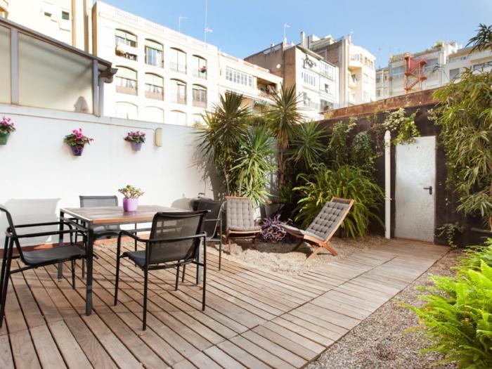 terrassengestaltung sesel essbereich pflanzen holzboden