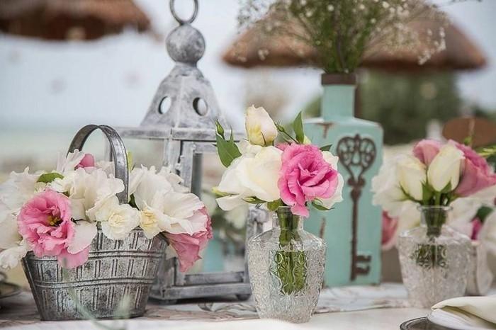 tischdekoration vintage hochzeitsdeko rosen stockrosen laternen
