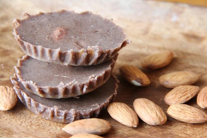 vegane schokolade zubereiten mit nüssen mandeln