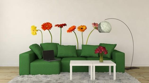 wandtattoos-wohnzimmerwände-verschönern-farbige-blumen-grünes-sofa