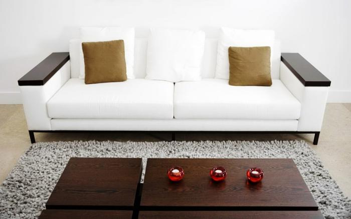weiße wohnzimmermöbel weißes sofa hölzerner couchtisch teppich