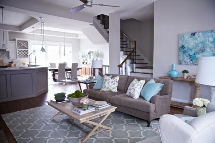 wohnzimmer blau gelb:wohnzimmer einrichten ideen cooler couchtisch teppich dekokissen
