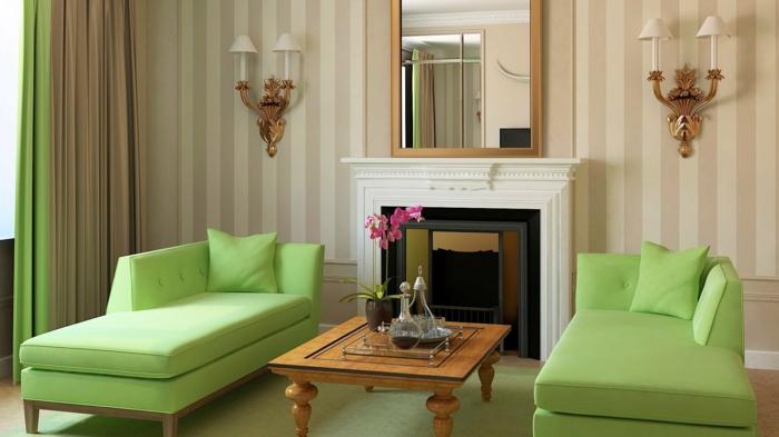 wohnzimmereinrichtung grüne sofas kamin wandleuchten streifentapete