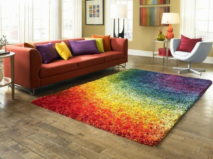 wohnzimmereinrichtungen farbiger teppich regenbogen oranges sofa
