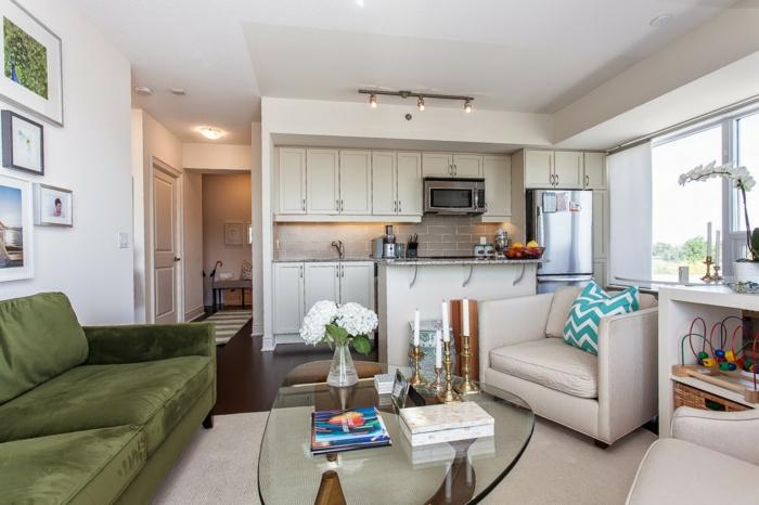 wohnzimmereinrichtung ideen grünes sofa glastisch integrierte küche