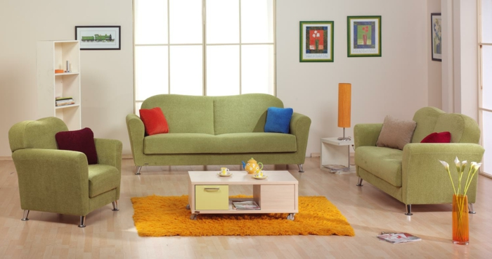 wohnzimmereinrichtung oranger teppich grüne möbel