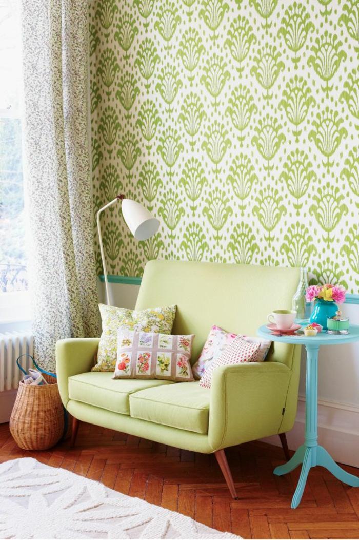 wohnzimmereinrichtung sofa grün hellblauer beistelltisch tolle tapete