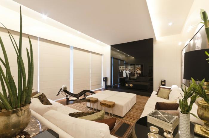 Wohnzimmereinrichtungen Weisses Sofa Rustikale Beistelltische Pflanzen
