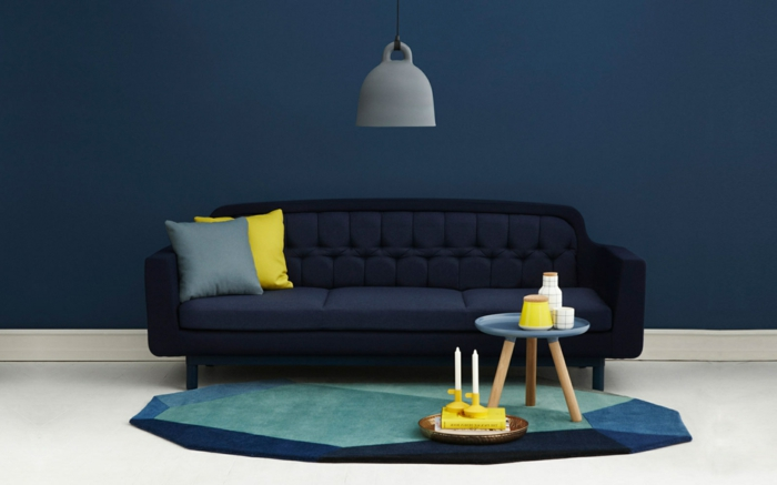 zimmerfarben ideen wohnzimmer dunkle wandfarbe sofa grelle akzente