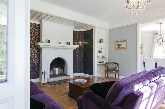 Das Rote Sofa Zeichnet Sich Cool An Der Hellgrauen Wohnzimmerwand Aus