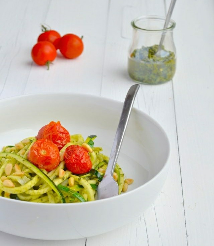 zucchini salat rezepte zucchini spaghetti mit pesto und cherry tomaten