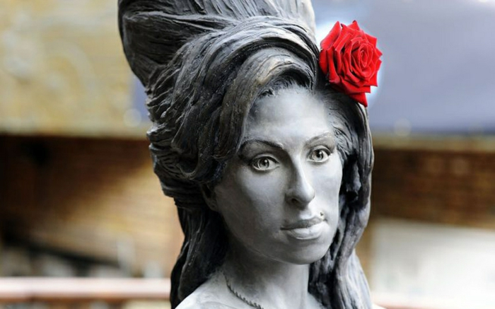 Amy Winehouse statue mit blume prominews