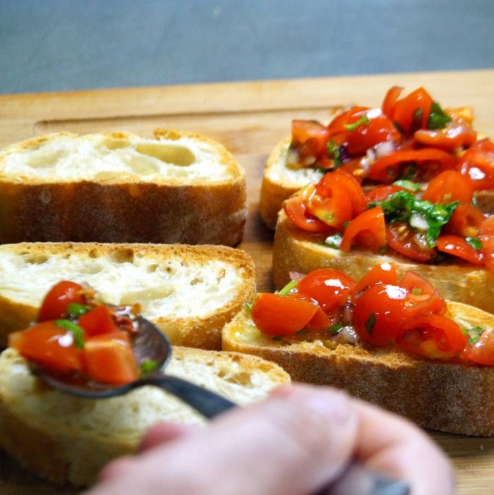 Bruschetta mit Tomaten löffel