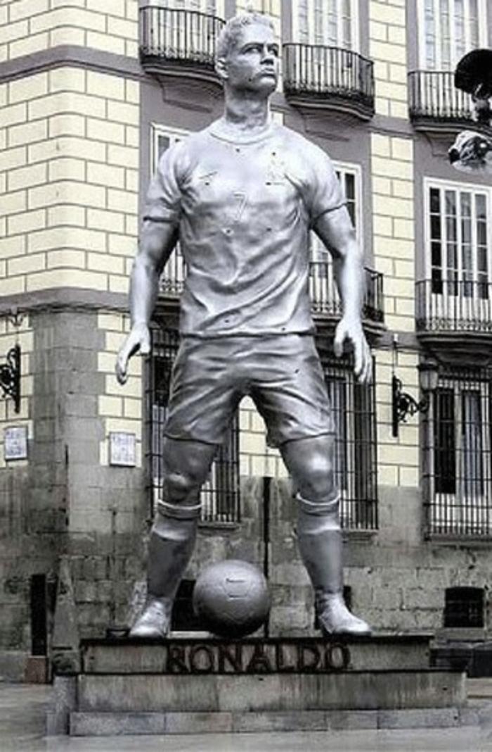 Cristiano Ronaldo statue mit ball prominew
