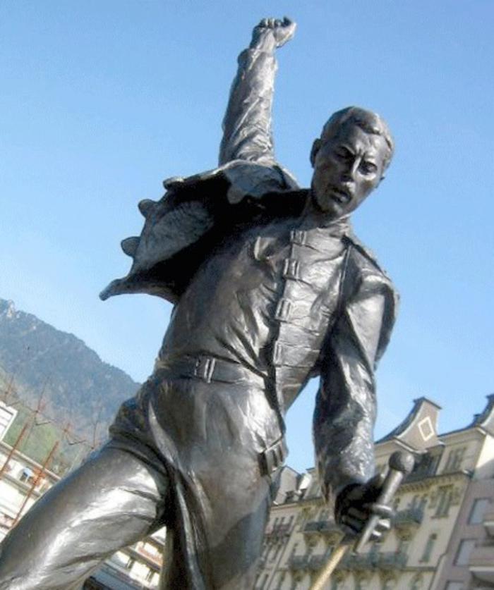 Freddie Mercury statue lebensecht prominews