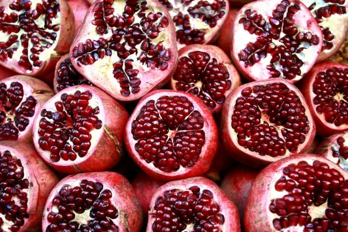 Granat apfel früchte jung aufgeschnitten und viel