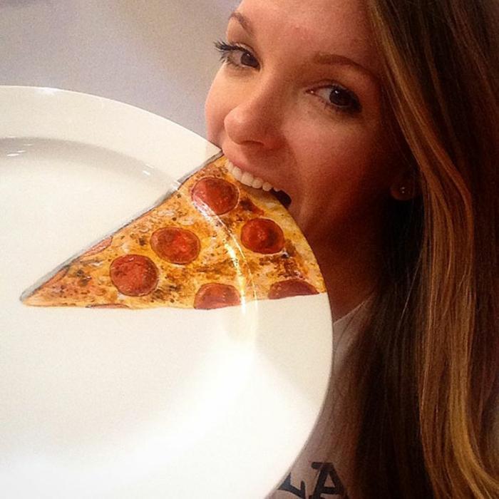 Jacqueline Poirier plart teller porzellan farbe bemalen pizzastück beißen