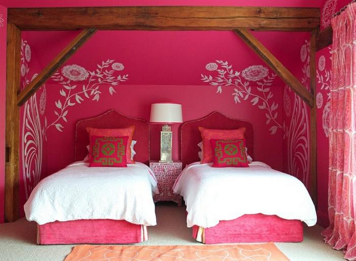 Schlafzimmer Design weiß magenta weiß holzbalken