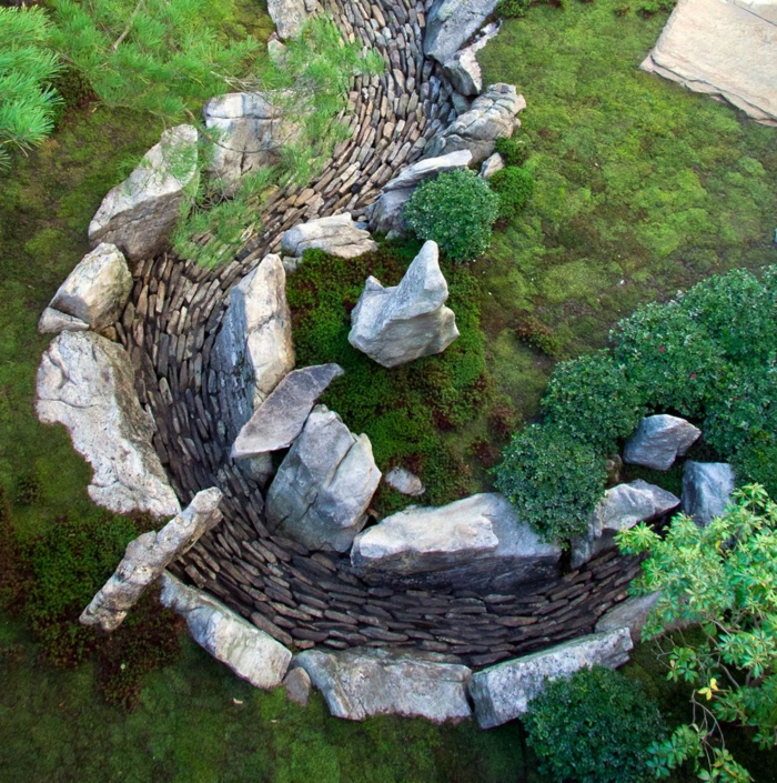 Steinfiguren für den Garten Moos Stein natürlich