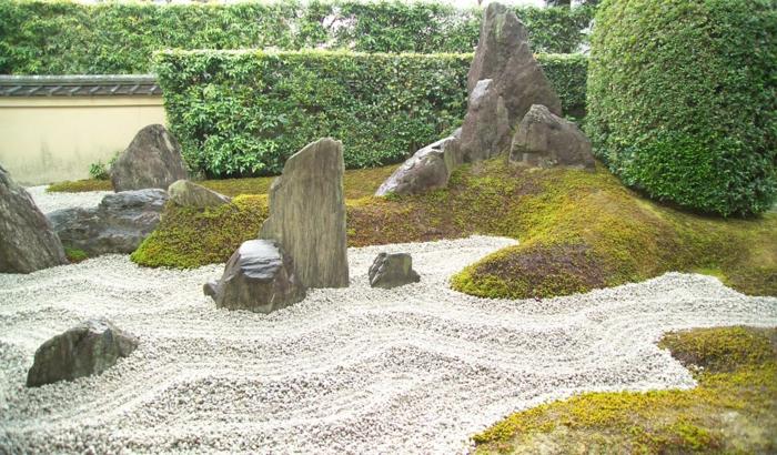 Steinfiguren für den Garten Moos Stein natur