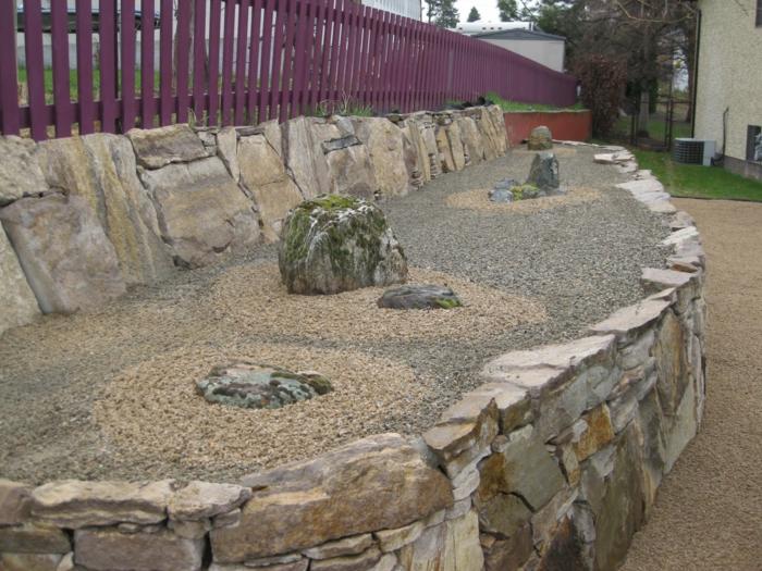 Steinfiguren für den Garten Moos Stein trocken