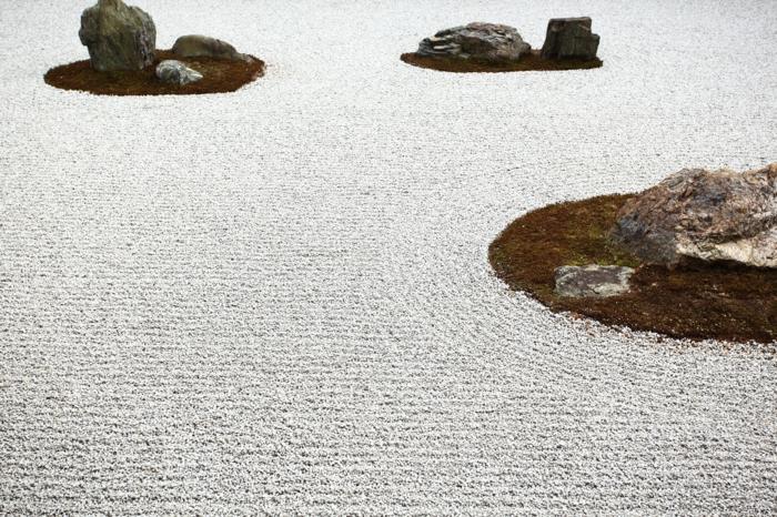 Steinfiguren für den Garten Moos Stein viel weiss