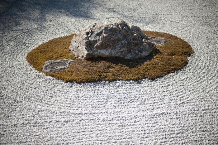 Steinfiguren für den Garten Moos Stein