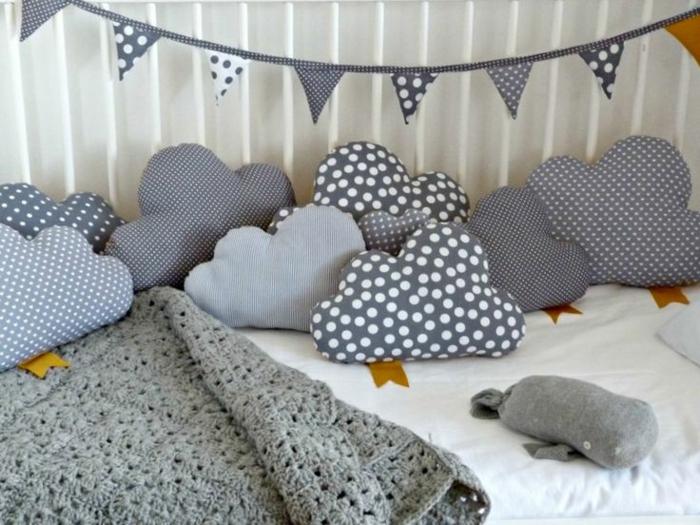 babyzimmer bett matratze bettwäsche dekoartikel weiche wolken kissen