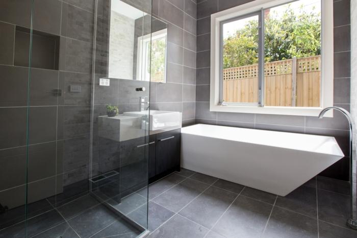 badezimmermöbel einmalige badewanne dunkle badfliesen