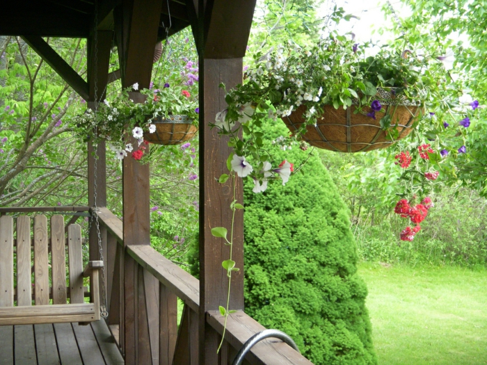balkon dekorieren hängende pflanzen schaukel holz