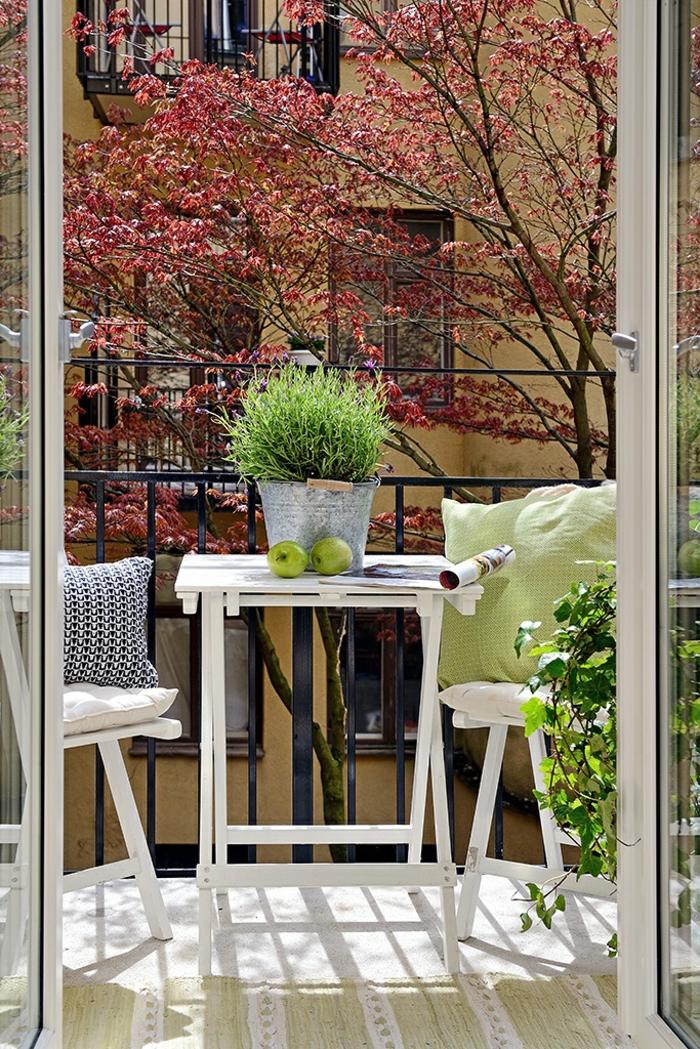 balkongestaltung funktionale weiße balkonmöbel pflanzen