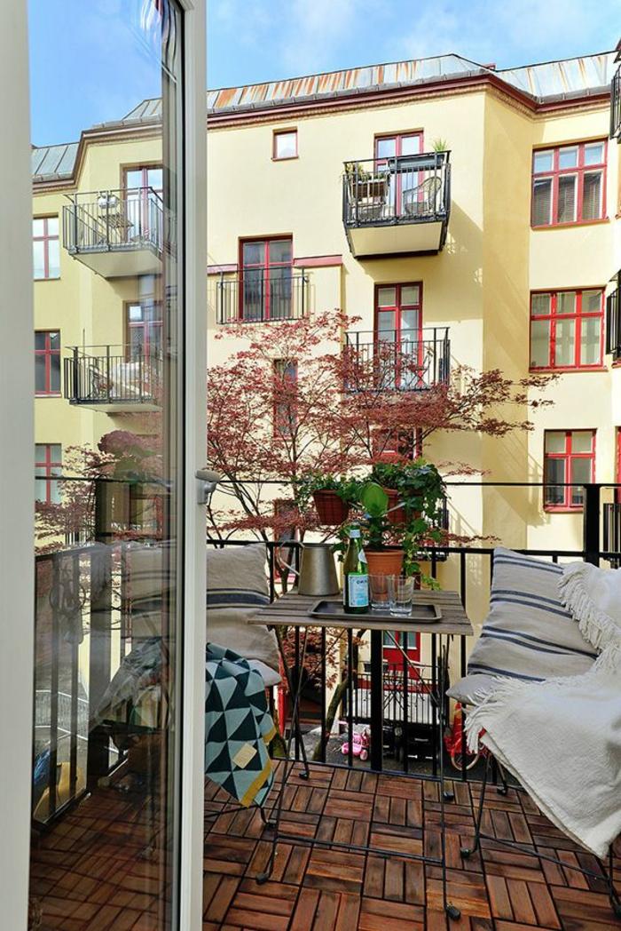 balkongestaltung ideen holzfliesen balkonmöbel pflanztöpfe