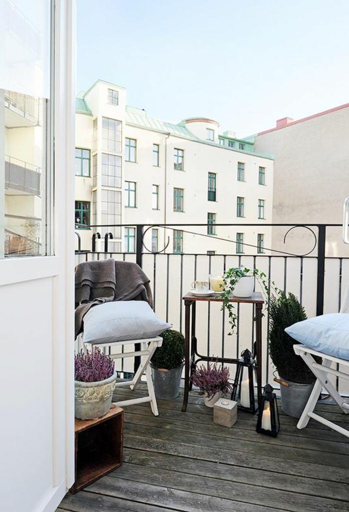 balkongestaltung ideen klappbare stühle kleiner balkontisch holzboden