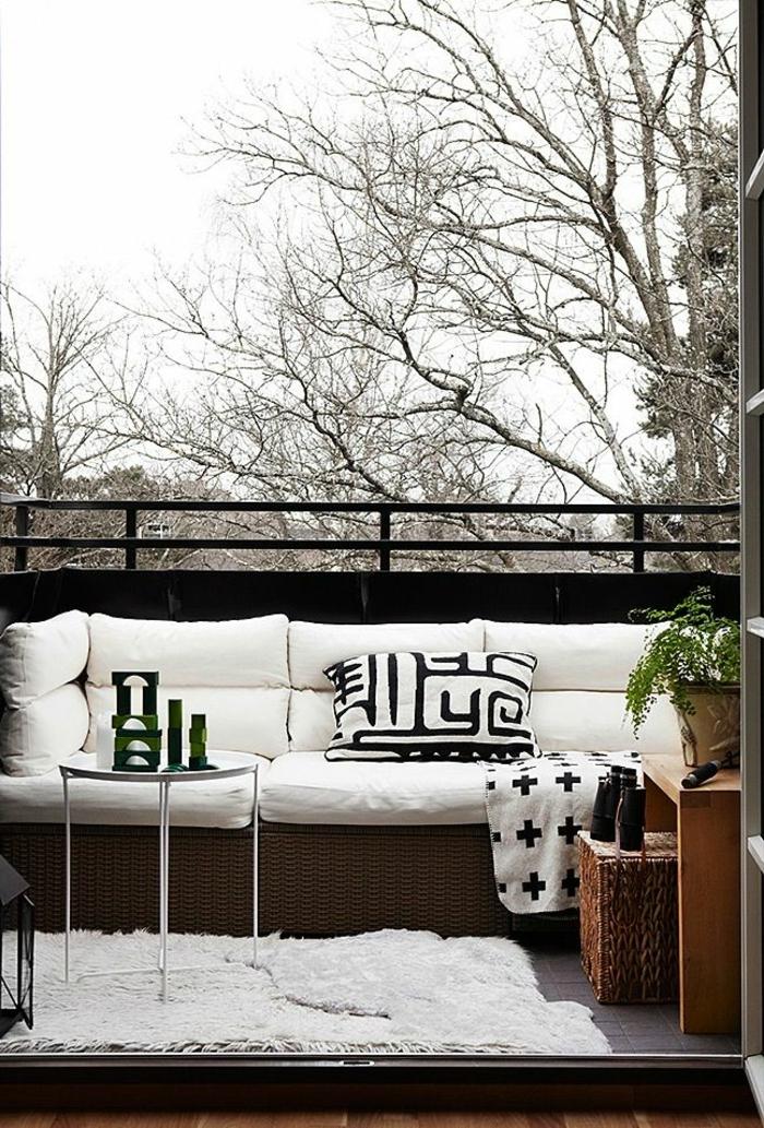 balkongestaltung ideen kleiner balkon weißer teppich muster
