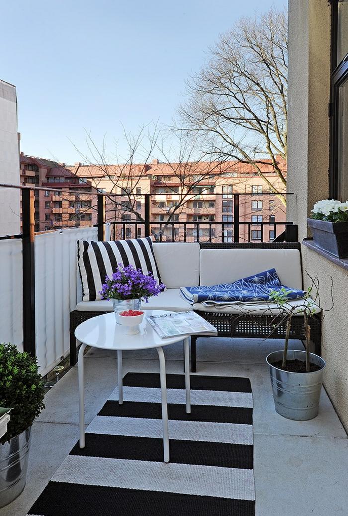 balkongestaltung kleinen balkon einrichten streifenteppich weiß schwarze muster